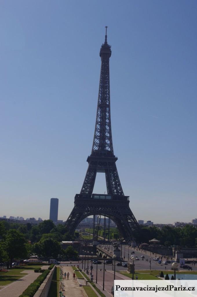 Tour Montparnasse vycniva v panorama